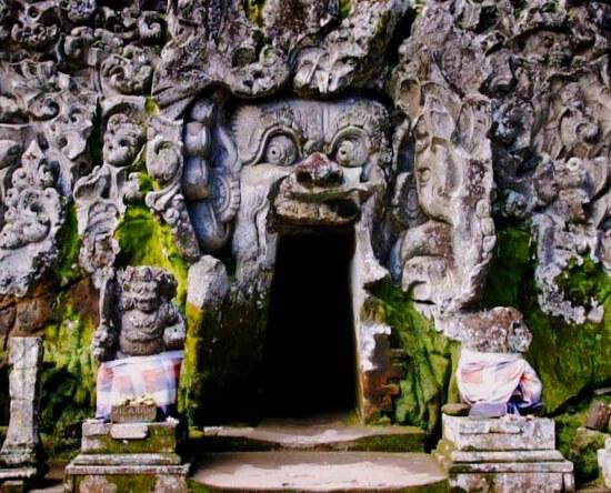 Слоновья пещера на Бали