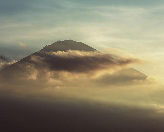 Вулкан Агунг в августе