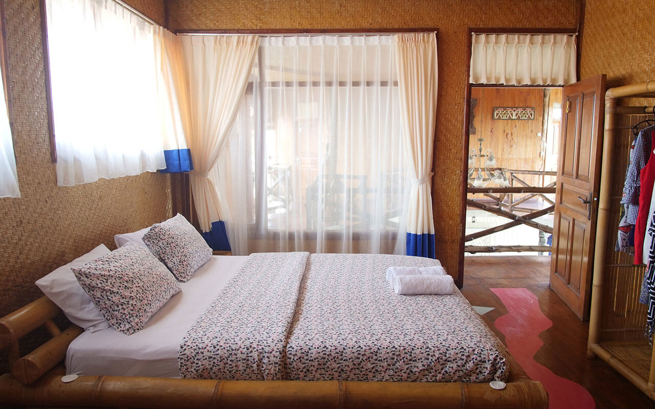 Комната #8 на втором этаже с видом на сад