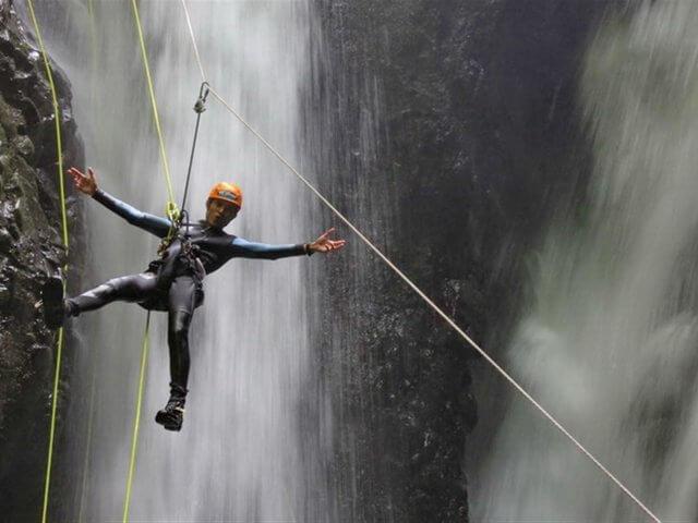 Каньонинг на Бали. Дикие ущелья, прыжки в водопады разной высоты и спуски на карабине с 15 метров